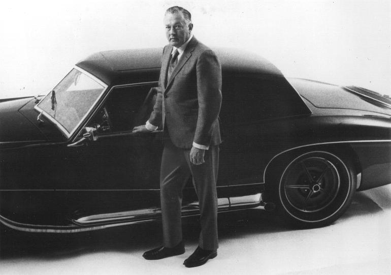 02 james o donnell presentant la nouvelle stutz blackhawk en 1970